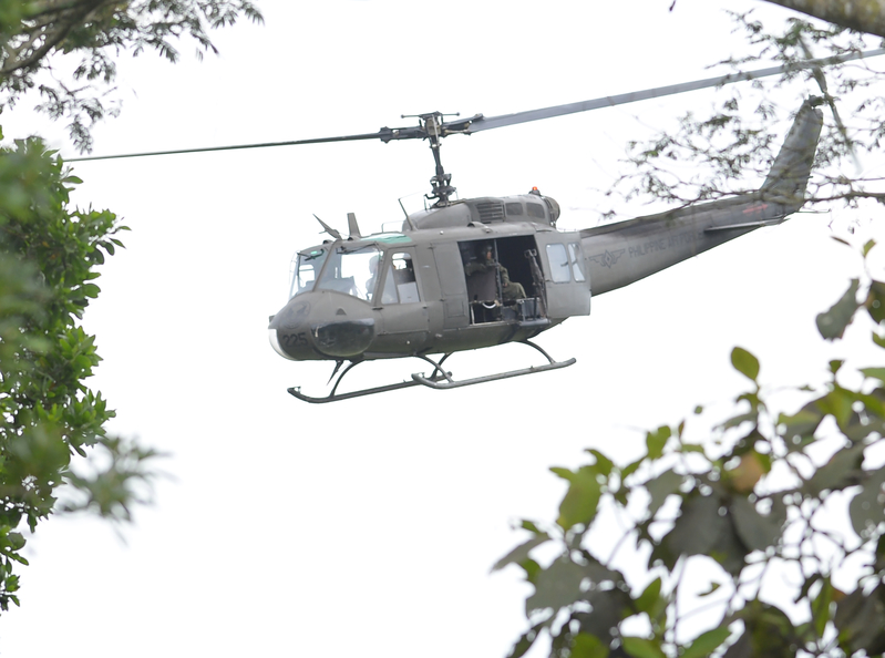 5月25日,菲律賓馬拉韋市陷入混亂,政府軍與恐怖份子作戰,導致大批居民流離失所。圖為菲律賓的直升機部隊。(TED ALJIBE/AFP)