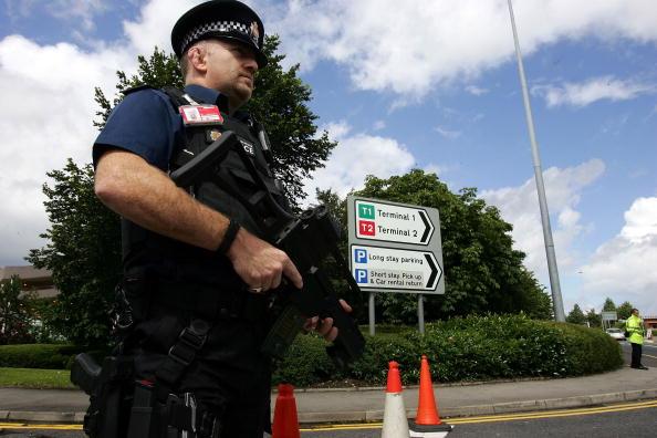 曼城爆炸案英警方又逮捕兩疑犯,目前共有八名嫌疑犯落網。英國警方加強了主要機場的安全檢查。圖為一名持槍警察在曼徹斯特機場巡邏。(Christopher Furlong/Getty Images)