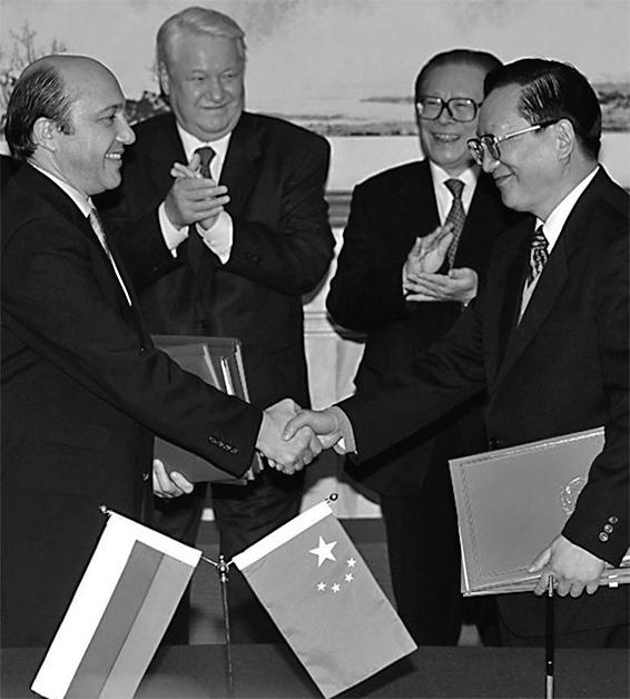 俄羅斯總統葉利欽(左二)和江澤民(右二),1999年12月9日在北京簽署兩國邊界協定,該《議定書》中江澤民出賣了100多萬平方公里的寶貴領土。(AFP)