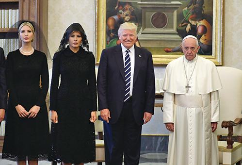 特朗普總統24日在梵蒂岡和教宗方濟各會面。兩人互贈禮物,巧合的是,雙方的禮物都代表著和平。(AFP)