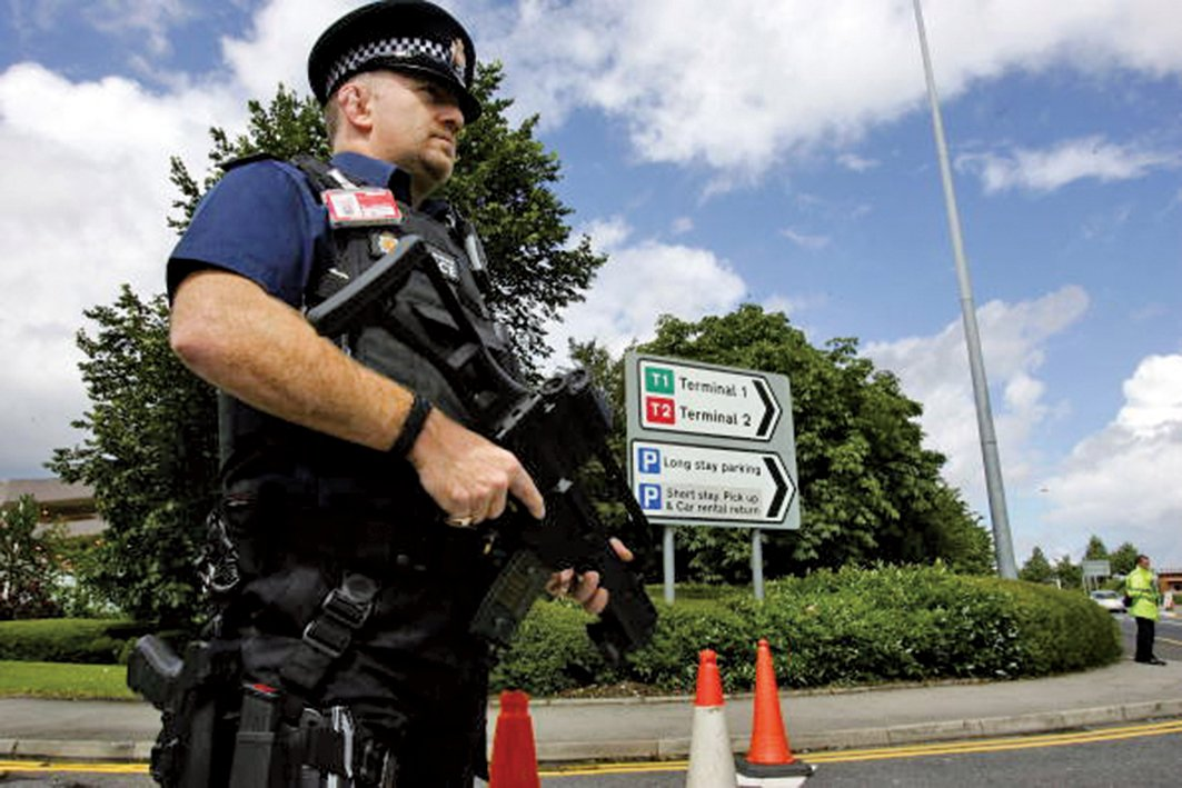 英國警方加強了主要機場的安全檢查。圖為一名持槍警察在曼徹斯特機場巡邏。(Getty Images)