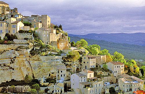 藍天美景使普羅旺斯成為人們鍾愛的渡假地,山居歲月的普羅旺斯舒緩愜意。(大紀元資料室)
