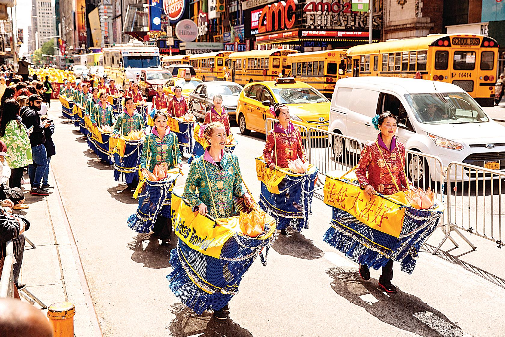 2017年5月12日,上萬名來自世界各地不同國家、不同民族的法輪功學員匯聚紐約,慶祝法輪大法傳世25周年。