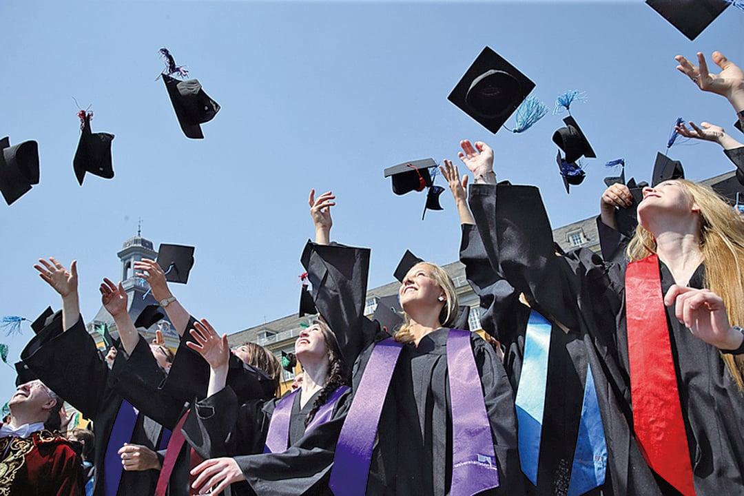 美國勞工部說,全國失業率為4.5%,但擁有大學以上學位者的失業率為2.5%。高中及以下學歷者的平均失業率為6.8%。(Photo by Andreas Rentz/Getty Images)