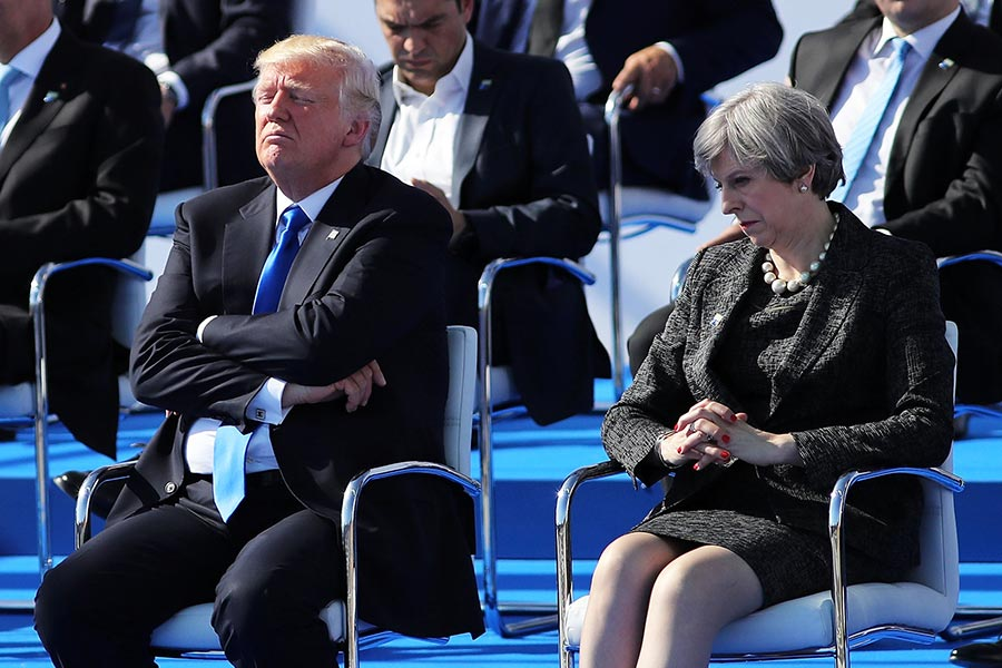 5月25日北約峰會,特朗普總統和英國首相文翠珊相鄰而坐。(Dan Kitwood/Getty Images)