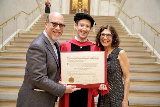5月25日,朱克伯格在哈佛的畢業典禮上,戴上榮譽法學博士學位的帽子,獲得學位。他隨後還在哈佛第366屆畢業典禮上致詞。(朱克伯格Facebook)
