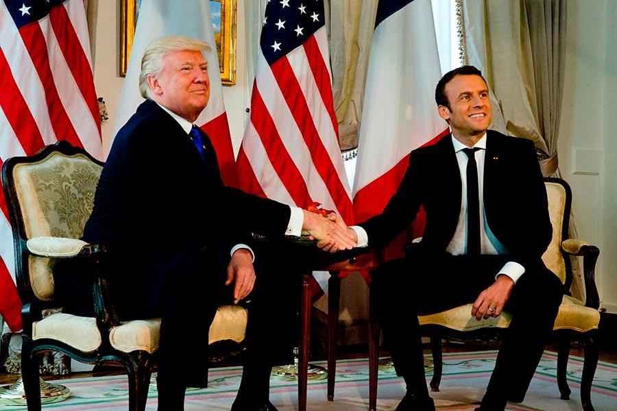 白宮高級官員周三(6月28日)表示,美國總統特朗普(Donald Trump)已接受法國總統馬克龍(Emmanuel Macron)的邀請,於7月14日法國國慶日期間,訪問巴黎。圖為兩人在今年5月北約峰會上握手。(PETER DEJONG/AFP/Getty Images)