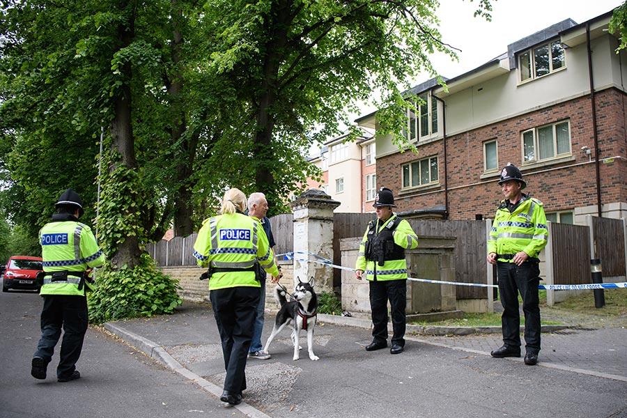 英當局目前仍在調查恐襲案幕後的「網絡」,到周五(26日)上午為止,警方總計抓捕10名疑犯。(Leon Neal/Getty Images)