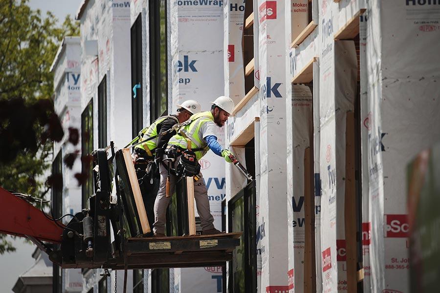 根據一份最新研究,移民正在改變美國就業市場,本土出生勞工佔比下降,移民勞動力則持續增長,到了2055年,亞洲移民或成主力。(Scott Olson/Getty Images)