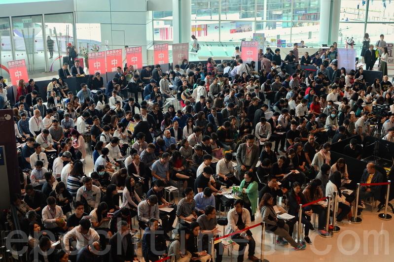 辣後首個新盤、長實荃灣海之戀星期五開售496伙,平均尺價約1.6萬港元,收到逾1.4萬票,首批496伙已全數沽清。(宋碧龍/大紀元)