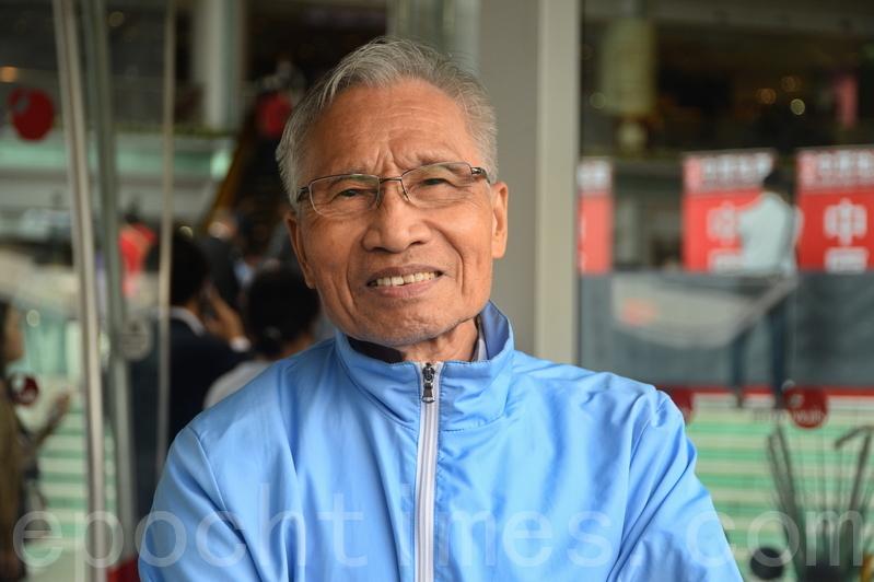 退休人士王先生為需要上班的女兒,到場揀樓,他直言樓價太貴,香港市民工資很難負擔,又擔心以後再漲,希望幫助女兒上車。(宋碧龍/大紀元)