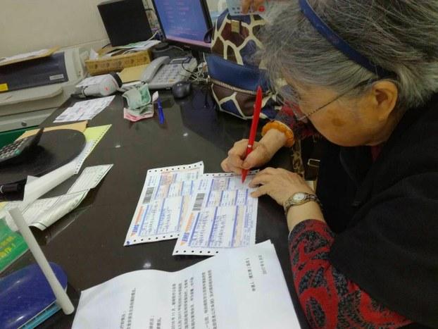 黃琦的母親蒲文清,向四川省公安廳和羈押黃琦的綿陽市公安局寄出信息公開申請書,要求公開患有嚴重疾病的黃琦在獄中的狀況。(受訪者提供)