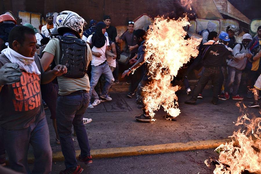 5月20日,暴力示威者將一個所稱的竊賊點火。(CARLOS BECERRA/AFP/Getty Images)