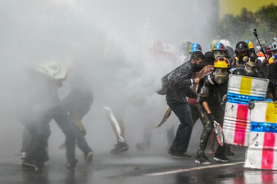 5月22日,委內瑞拉首都,示威者同警方衝突。(FEDERICO PARRA/AFP/Getty Images)