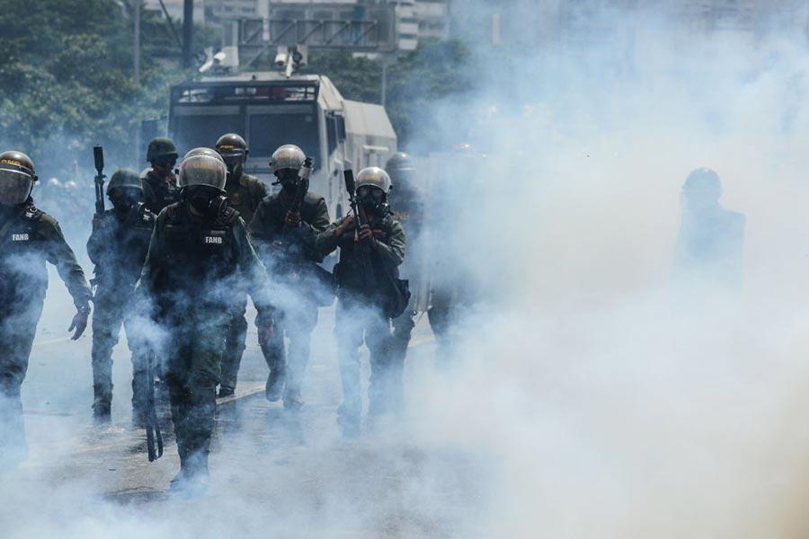 5月4日,示威者同警方衝突。(FEDERICO PARRA/AFP/Getty Images)
