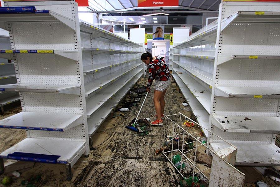 5月17日,被搶劫一空的超市。(GEORGE CASTELLANOS/AFP/Getty Images)