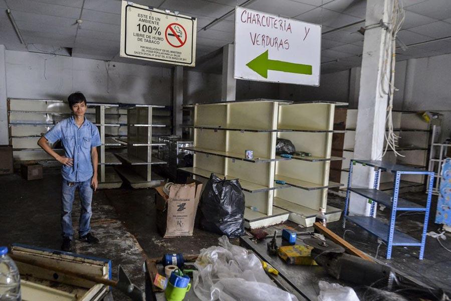 5月18日,被搶劫一空的超市。(LUIS ROBAYO/AFP/Getty Images)