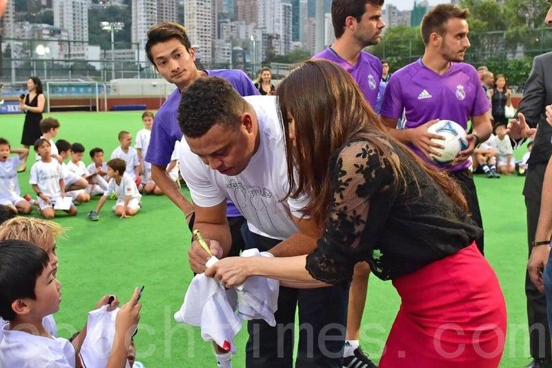 朗拿度為小朋友在球衣及足球上簽名,又跟他們握手及擁抱。(郭威利/大紀元)