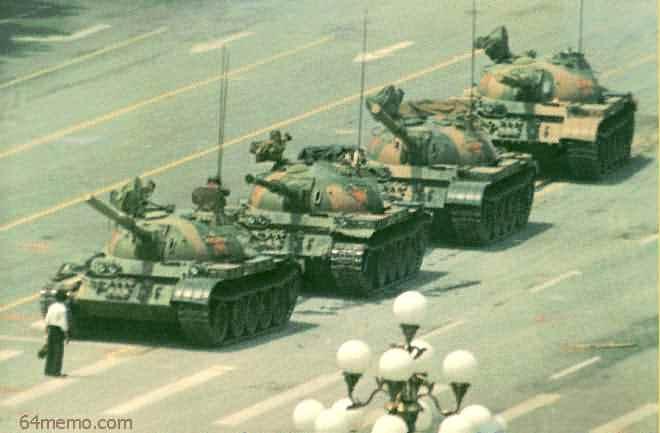 今年是六四事件28周年。5月26日,「香港市民支援愛國民主運動聯合會」公佈「5.28愛國民主大遊行」和「6.4燭光悼念集會」等有關活動的內容安排。圖為六四王維林隻身擋坦克照。(轉自六四檔案網站)