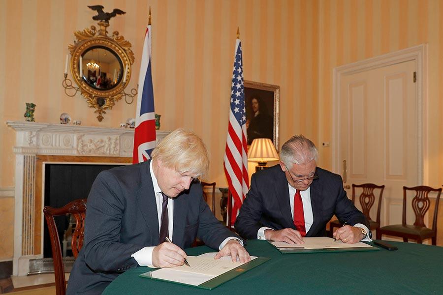 蒂勒森(右)周五與英國外交大臣約翰遜(左)進行了會面,並在約翰遜的陪同下,簽署了一本曼城恐襲受害者的弔念冊。(Adrian Dennis-WPA Pool/Getty Images)