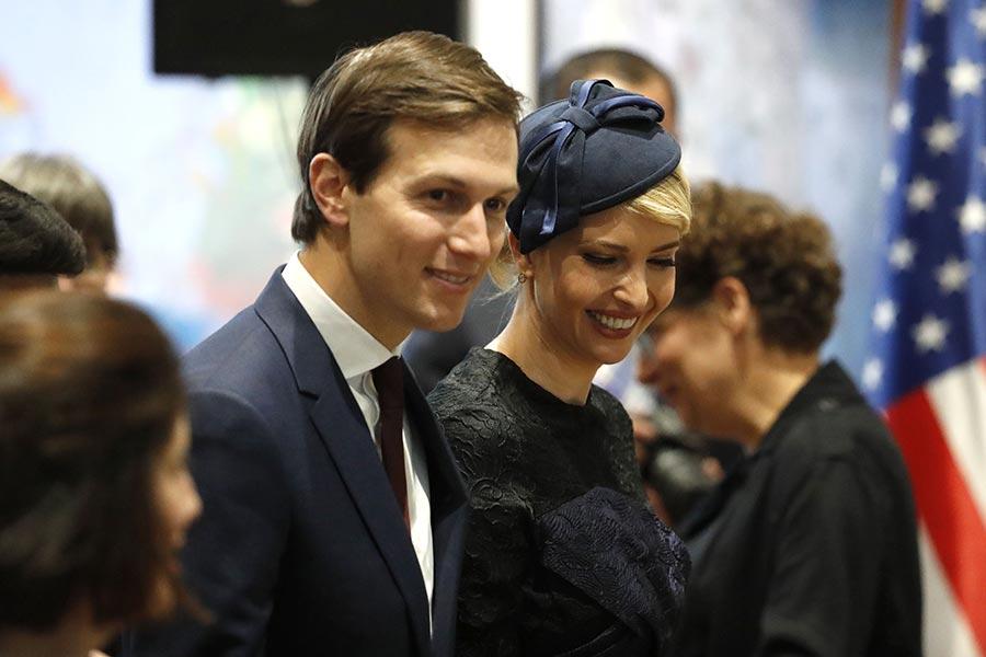 美國總統特朗普的女婿庫什納近日遭媒體爆料,大選前後曾與俄羅斯官員有聯繫,並且去年12月提議美俄間建立秘密溝通管道。圖為庫什納及伊萬卡。(THOMAS COEX/AFP/Getty Images)