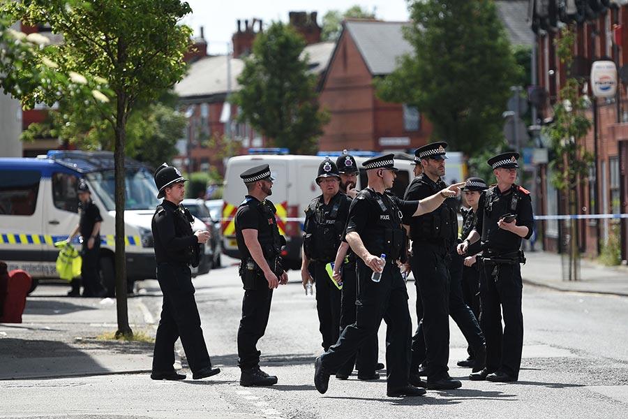 英國警方周六(5月27日)又逮捕兩名涉嫌曼徹斯特恐襲案的疑犯,使目前在押疑犯人數達11人。(OLI SCARFF/AFP/Getty Images)