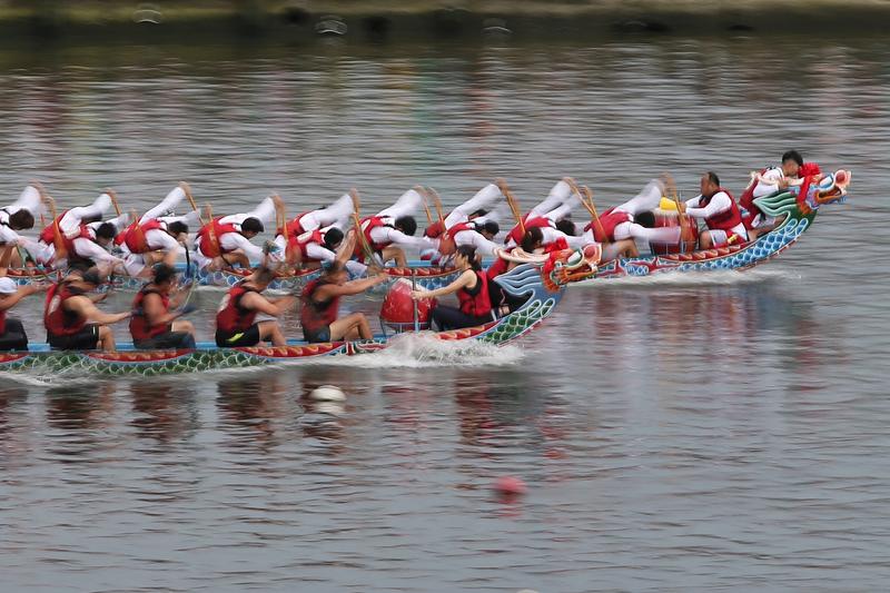 水岸台北2016端午嘉年華10日在大佳河濱公園進行第二天的活動,各隊晉級的龍舟好手持續爭取最佳成績。(中央社)