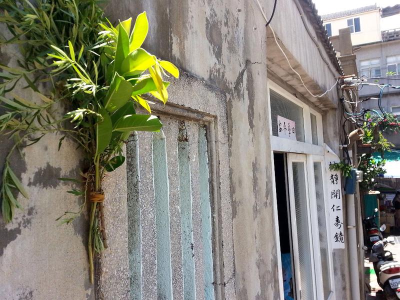 端午佳節,在傳統的習俗裏,家家戶戶都會有祭祀祖先,門窗插掛艾草禳毒。(中央社)