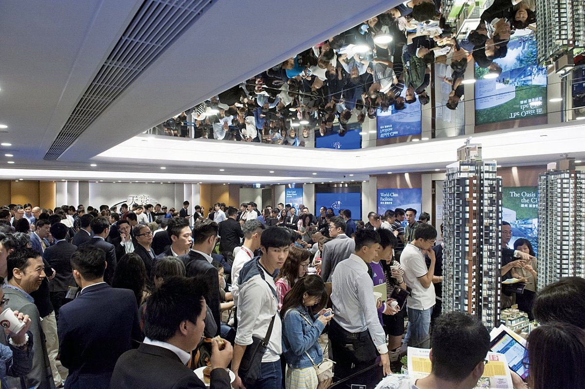 灝地產啟德天寰,昨宣佈加推200伙,首推開放式戶。圖為上周六(27日)熱賣盛況。(網絡圖片)