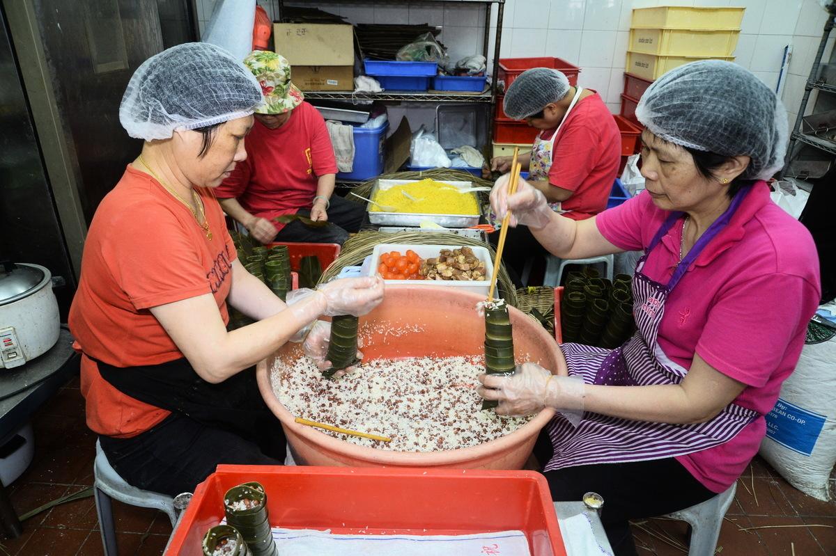 員工加班加點趕製中山蘆兜糉等中山傳統手工糉。(宋祥龍/大紀元)