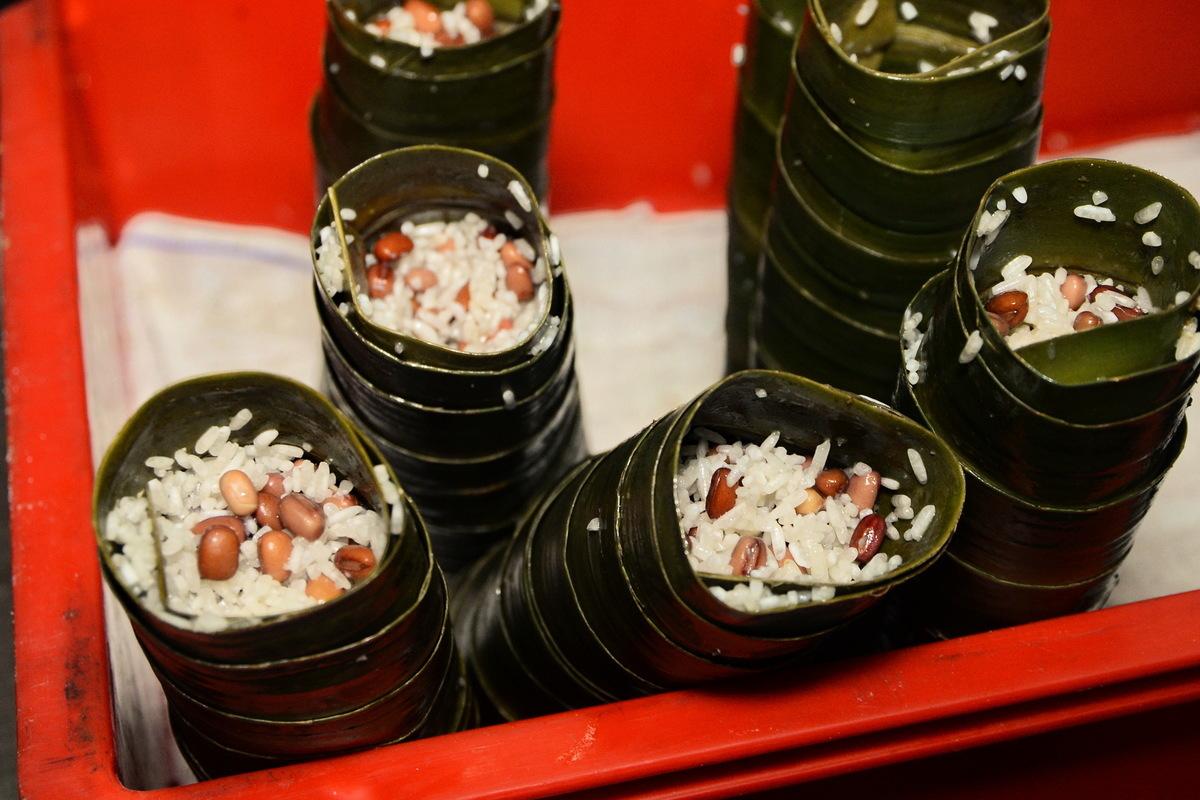 中山蘆兜糉呈圓筒狀,兩頭交錯一字平口,蘆兜葉搭配紅豆。(宋祥龍/大紀元)