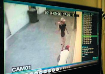 2013年5月,中共僱兇襲擊大紀元時報印刷廠,用鐵鎚砸破大門玻璃。(大紀元資料圖片)