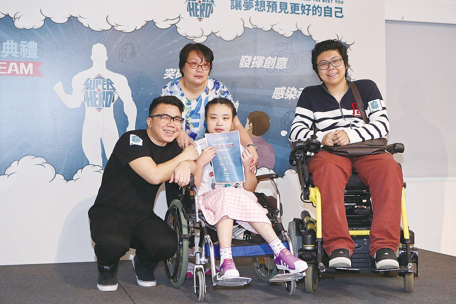 陳奐仁出席活動,為追夢小英雄頒獎。(余鋼╱大紀元)