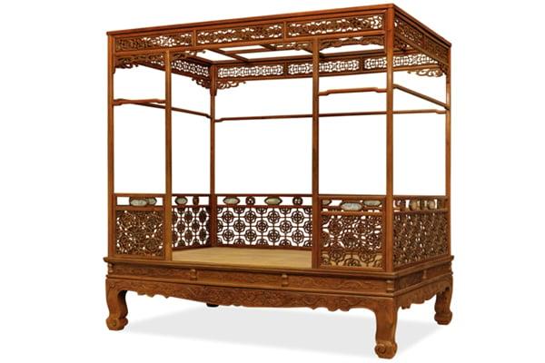 明末清初的黃花梨螭龍紋六柱架子床叫價九百萬,做工考究,各結合部位均用活榫銜接,便於分解組合。(嘉德提供)