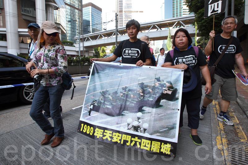 有市民手持「王維林」阻擋坦克行進畫面的圖片。(李逸/大紀元)