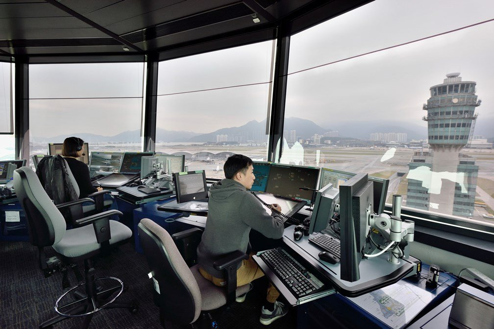 《傳真社》指,民航處今年起採取新措施,每兩周輪流重啟新空管中心及指揮塔的工作席,以防運作緩慢或「死機」。圖為香港機場新空管系統。(政府新聞網)