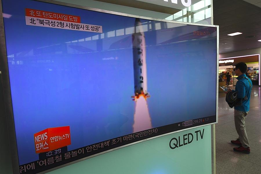 美國一直致力於加強單方面和國際制裁,努力切斷對北韓的資金和資源供應。圖為5月22日,北韓播出導彈試射的電視畫面。(JUNG YEON-JE/AFP/Getty Images)