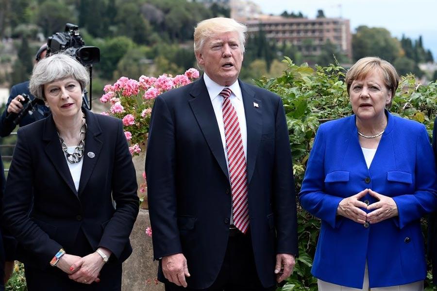 5月28日默克爾在德國南部說,歐洲不能再依賴外國合作夥伴。英國公投脫離歐盟和特朗普當選美國總統後,歐洲已經無法再完全靠著美國和英國。圖為英國首相文翠珊(左)、美國總統特朗普(中)和德國總理默克爾在G7會議上的合影。(STEPHANE DE SAKUTIN/AFP/Getty Images)