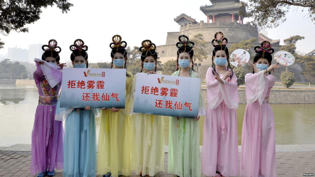 河北邯鄲成為化工污染重災區令當地人絕望。圖為在河北邯鄲的一個公園裏,微電影俱樂部的成員穿著仙女服裝,宣傳抵制陰霾。(美國之音)