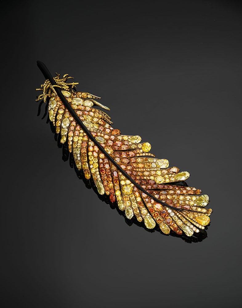 台灣珠寶設計師趙心綺設計的黃金羽毛胸針以870萬成交。(佳士得提供)