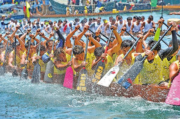 有逾百年歷史的香港仔龍舟競渡大賽,共舉行35場賽事,有62支隊伍參加。(宋祥龍/大紀元)