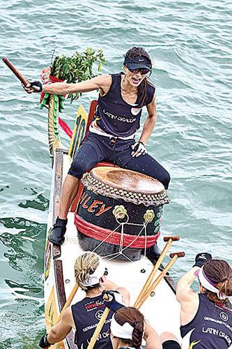 漁民舉辦龍舟賽著重傳統,龍舟象徵陽性,婦女不能觸摸或坐上龍頭,但赤柱70年代末率先舉辦女子組賽事,女子亦可登上龍舟。(郭威利/大紀元)