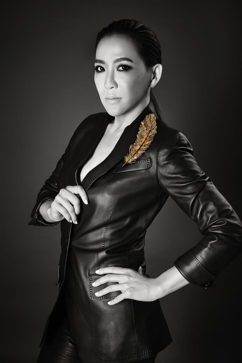 趙心綺與她設計的黃金羽毛胸針。(佳士得提供)