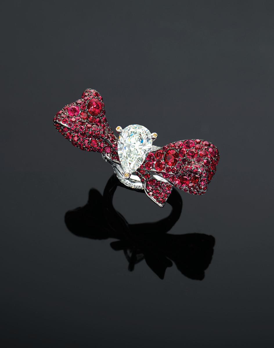 趙心綺設計的紅寶緞帶戒指。(佳士得提供)