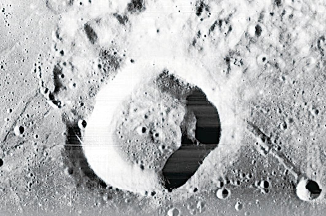 為甚麼在月球上只能造成這麼淺的隕石坑?唯一可能的解釋就是月球的外殼非常的堅硬。那麼前面發現的月表堅硬金屬成份就可以充份說明這個現象了。(網絡圖片)
