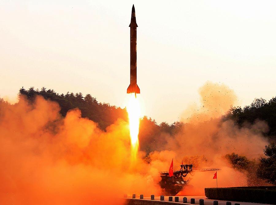 北韓不斷試射導彈,致半島緊張局勢日益加重。南韓、日本先後舉行針對北韓導彈的防空演習。圖為北韓試射導彈。(STR/AFP/Getty Images)