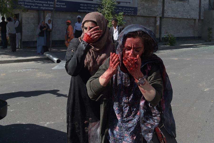 5月31日阿富汗首都喀布爾發生大爆炸事件,圖為驚恐的路人。(SHAH MARAI/AFP/Getty Images)