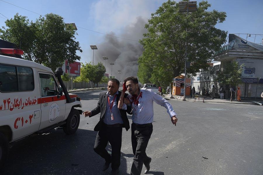5月31日阿富汗首都喀布爾發生大爆炸事件,人們趕緊逃離。(SHAH MARAI/AFP/Getty Images)