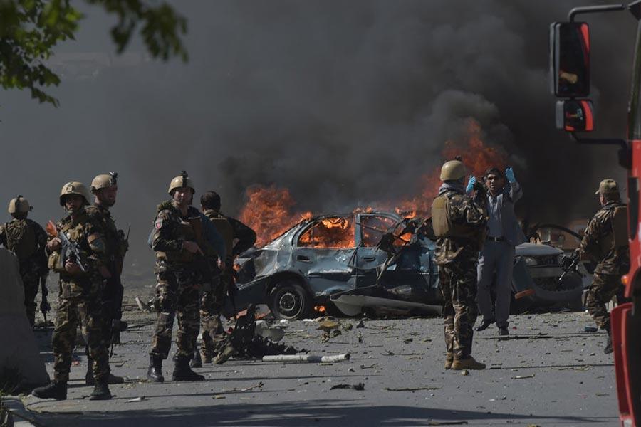 5月31日(周三)阿富汗首都喀布爾發生大型汽車炸彈爆炸事件,造成至少50人遇難,現場黑煙滾滾。(SHAH MARAI/AFP/Getty Images)