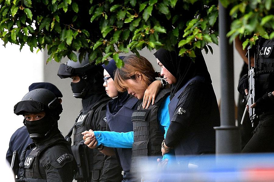 4月13日上午,段氏香(中)身穿防彈衣,在大量警員戒備中第二次出庭受審。(MANAN VATSYAYANA/AFP/Getty Images)